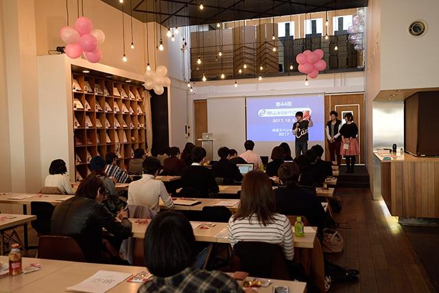 写真:岡山WEBクリエイターズ年末スペシャル2017オープニングで前川さんが共著本を紹介している様子。