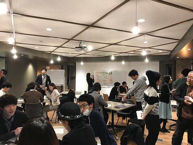 写真:12月22〜24開催Startup Weekend Osakaでグループごとに企業案を形にするために相談しあっている様子。