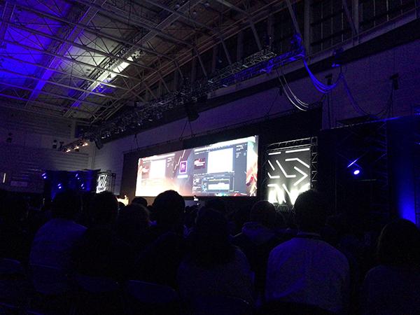 写真:Adobe MAX JapanでのKeynotoでAdobe CCの新機能について説明しているときの様子。