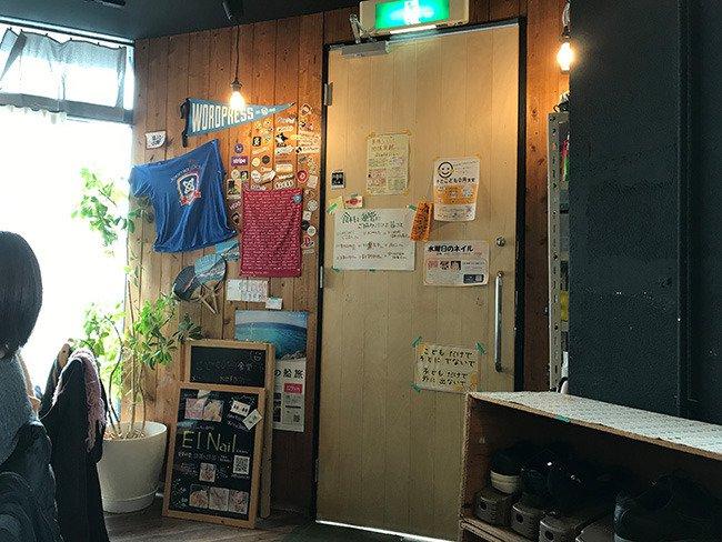 JUSOコワーキングスペースの出入口の写真。