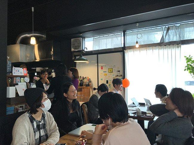 JUSOコワーキングスペースでのイベントで参加者たちが和やかにお話をしている様子。
