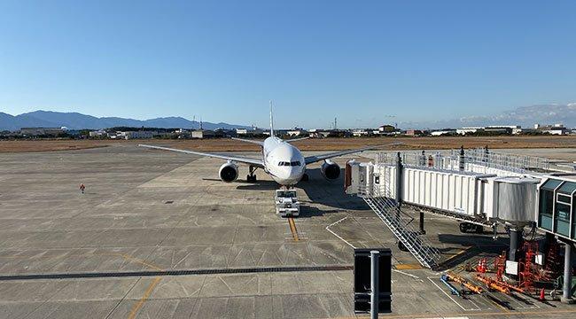 羽田空港に向かうANA機(松山空港にて撮影)